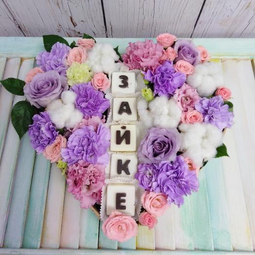 Сердце из роз, хлопка, с буквами из белого шоколада: букеты цветов на заказ Flowwow