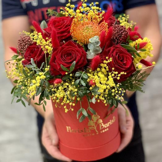 Яркая коробочка с розами,мимозой и нутаном: букеты цветов на заказ Flowwow
