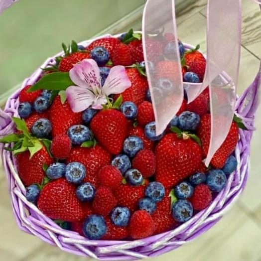 Корзинка ягодка: букеты цветов на заказ Flowwow