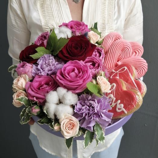 Коробочка с розами, лунной гвоздикой, печеньем и безе ручной работы: букеты цветов на заказ Flowwow