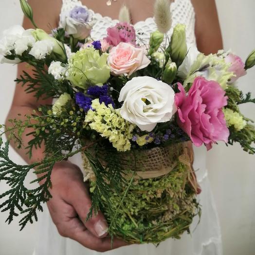 Плетёная корзина с сухоцветами и живыми цветами