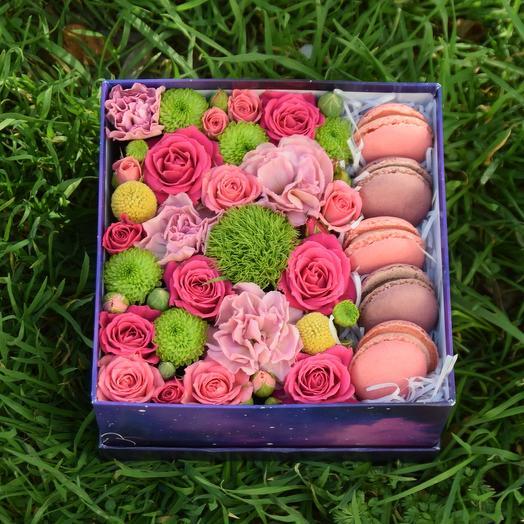 Композиция с цветами и макарони
