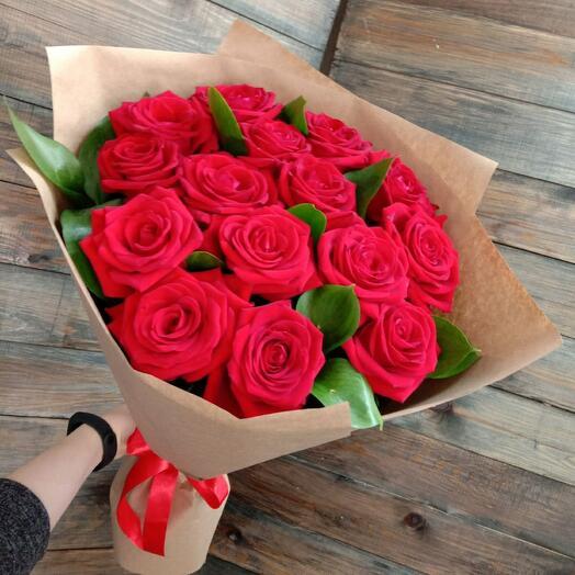 Букет из 15 роз с рускусом в крафте