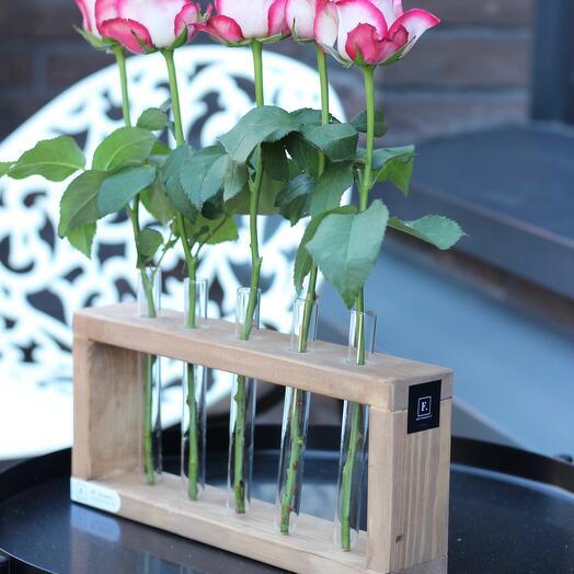 Ваза с колбами и 5 розами