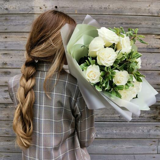 9 белых роз с зеленью
