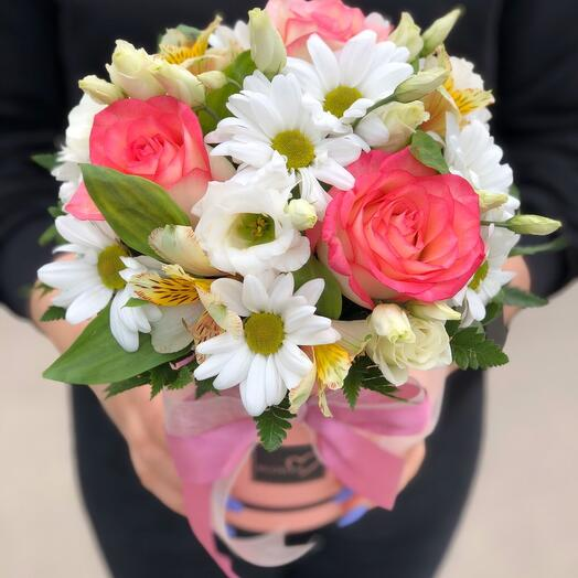 Композиция в шляпной коробке с розами