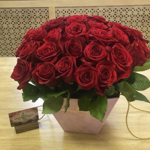 Коробка трапеция с 51 красной розой: букеты цветов на заказ Flowwow