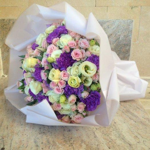 Букет из белых роз фиолетовой голландской гвоздики и лизиантуса: букеты цветов на заказ Flowwow