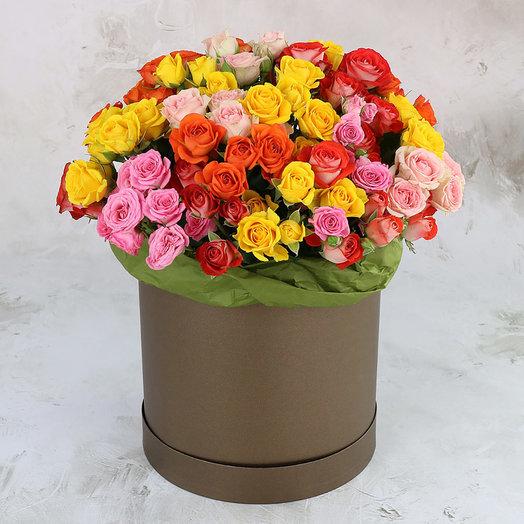 25 разноцветных кустовых роз в шляпной коробке: букеты цветов на заказ Flowwow