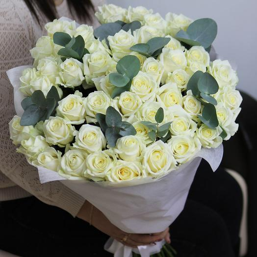 51 белая роза Аваланч 60 см с эвкалиптом в фетре