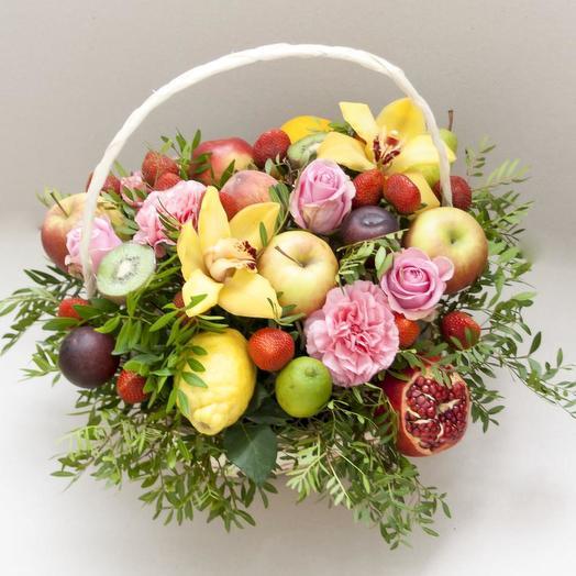 Корзина фруктов и цветов с подарком