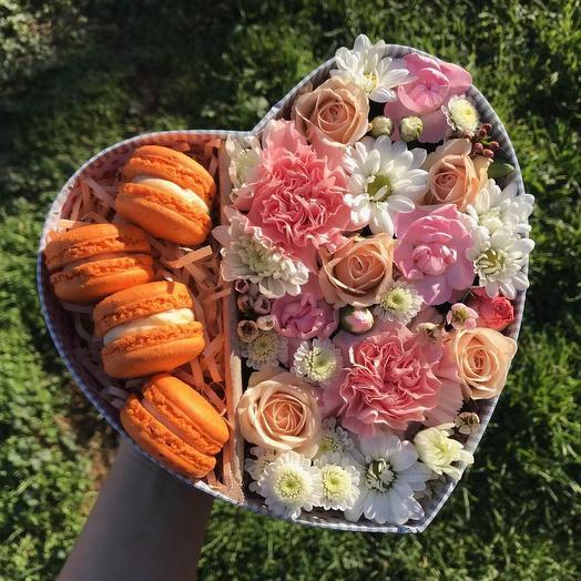 Нежная коробочка - сердце с цветами и макарунами