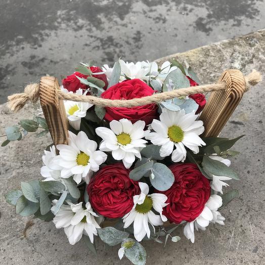Ящичек из 5 роз, бакарди и веточкой эвкалипта
