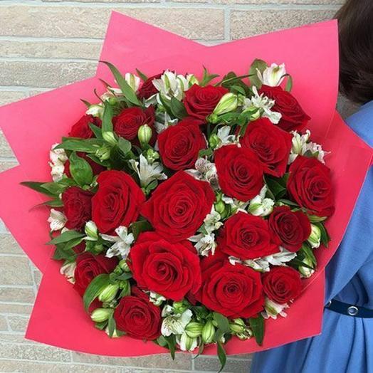 Красные розы с альстромерией