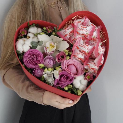 Шляпная коробка-сердце «Цветочная сладость»: букеты цветов на заказ Flowwow