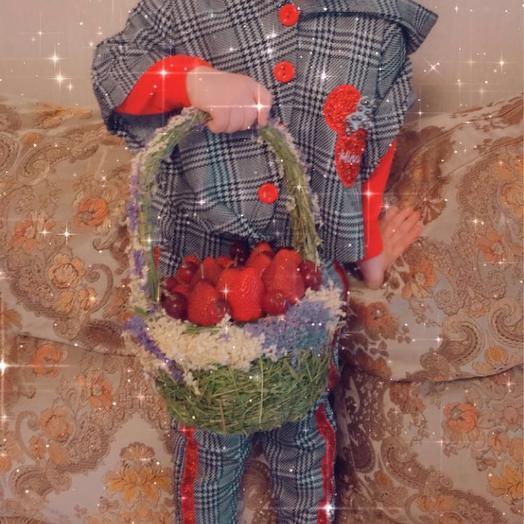 Клубничная корзинка: букеты цветов на заказ Flowwow