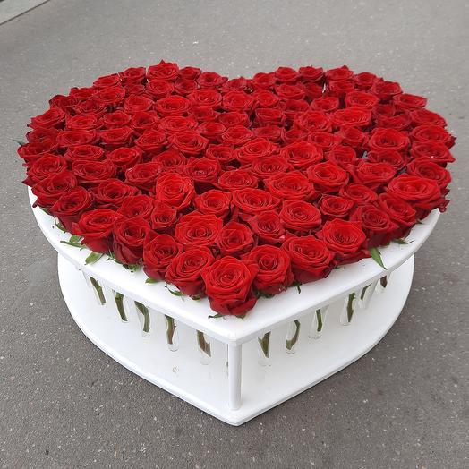 Розы в пробирках в формате сердца