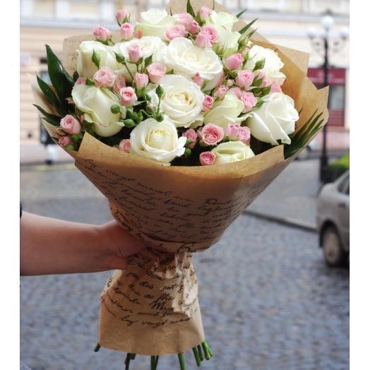 7 кустовых роз и 11 роз стандарт в стильном букете