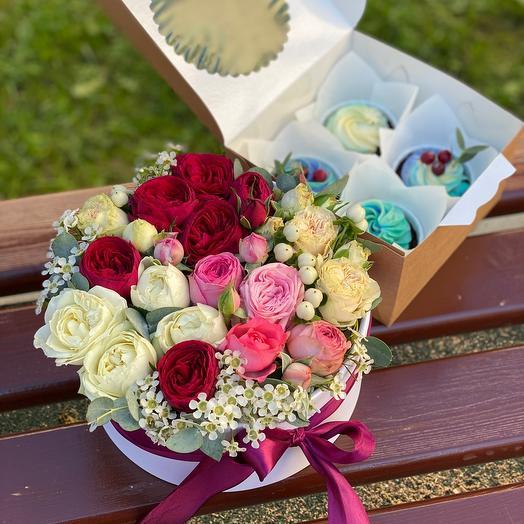 Коробочка цветов и капкейков «Сладкое утро»