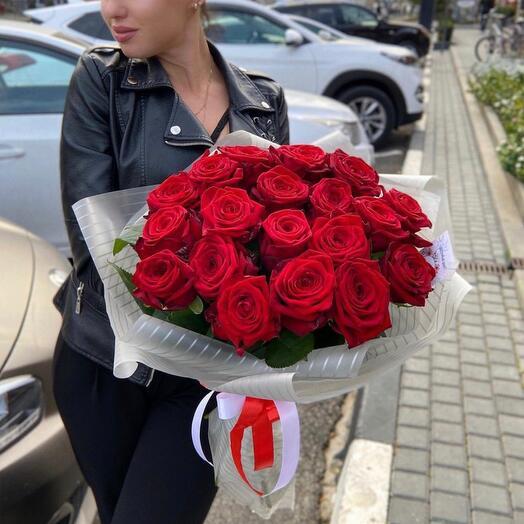 Букет красных роз 19 штук