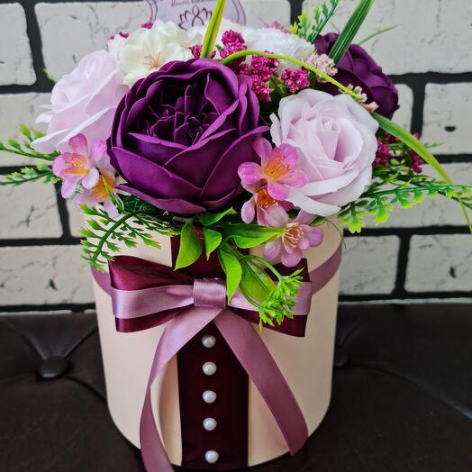 Цветы из мыла в шляпной коробке