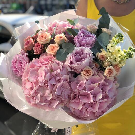 Летний букет из гортензий, пионов, садовой розы, маттиолы и эвкалипта