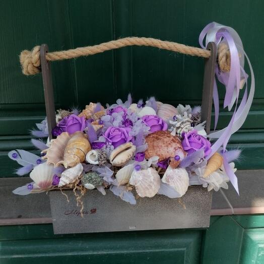 Ящик с ракушками, сухоцветами и мыльными розами
