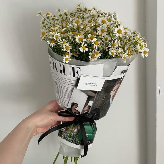 Букет ромашек в upcycling-упаковке из страниц журнала VOGUE 9 веток