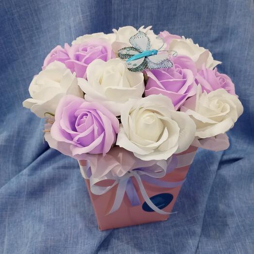 15 мыльных роз с бабочкой