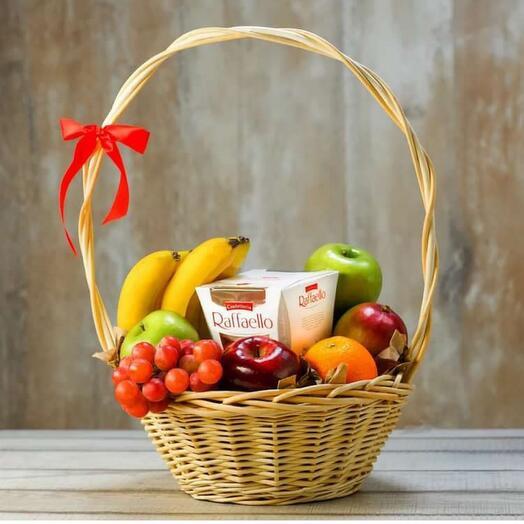Корзина с фруктами и Рафаэлло