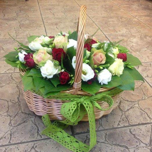 Корзинка из роз и лизиантусов: букеты цветов на заказ Flowwow