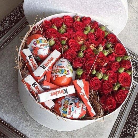 Шляпная коробочка их кустовых роз со сладостями