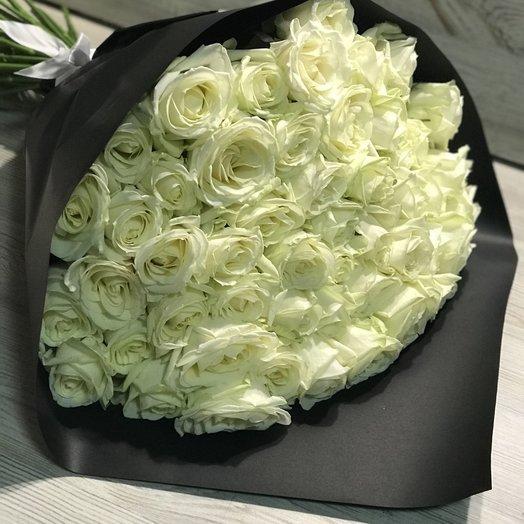51 белая роза в черном крафте: букеты цветов на заказ Flowwow