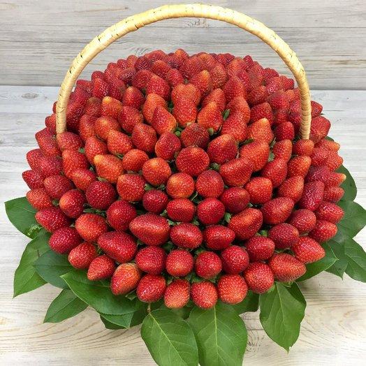 Корзина с клубникой.: букеты цветов на заказ Flowwow
