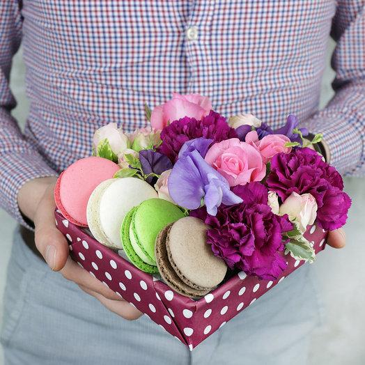 Коробка с макарунами Розы латирус и гвоздика