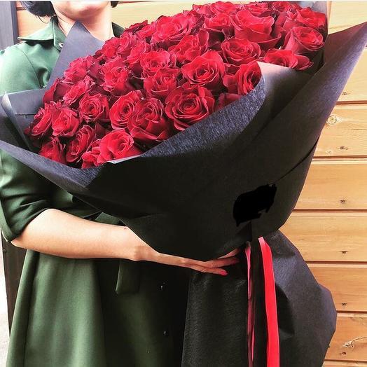 Букет из 51 элегантной розы в черной упаковке