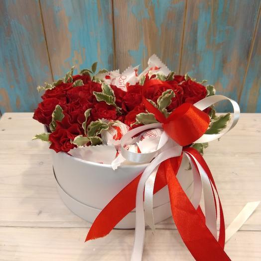 Коробка с розами и конфетами Raffaello: букеты цветов на заказ Flowwow