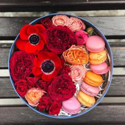 Коробка с макаруни с цветами: букеты цветов на заказ Flowwow
