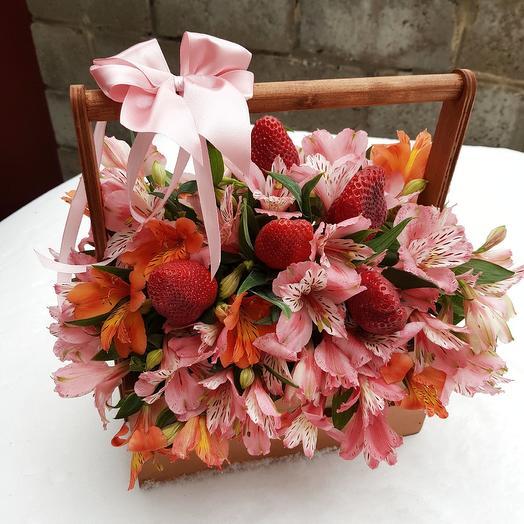 Ящичек с алстромерией и клубникой: букеты цветов на заказ Flowwow