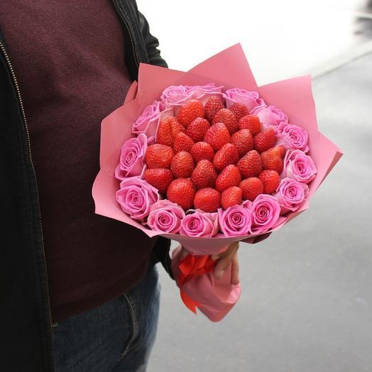 Клубника с розовыми розами