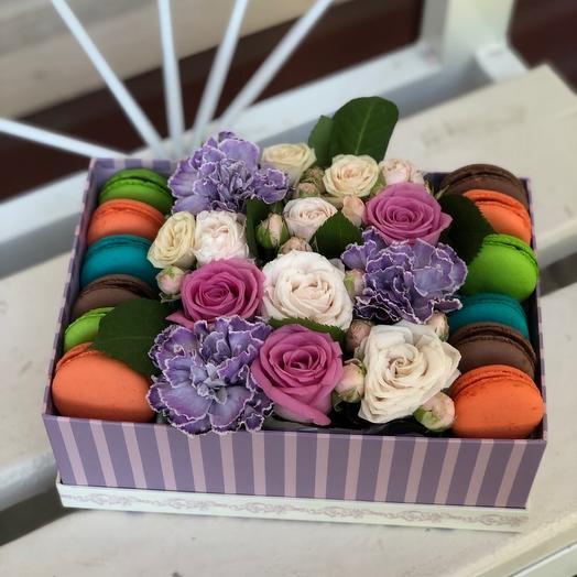 Коробка с 12 Макарунсами и Цветы