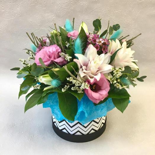 Коробка с розовым лизиантусом и лилией