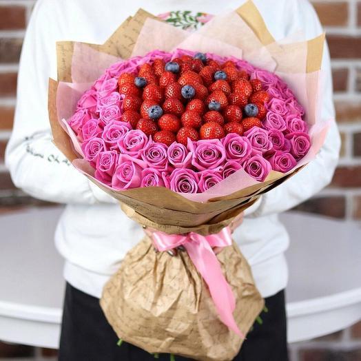 Букет из роз с клубникой и голубикой