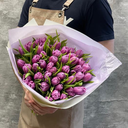 Весенний букет сиреневых тюльпанов