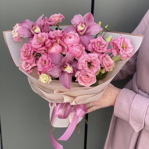 Букет Бриджит из кружевной эустомы, цимбидиума и пионовидной кустовой розы