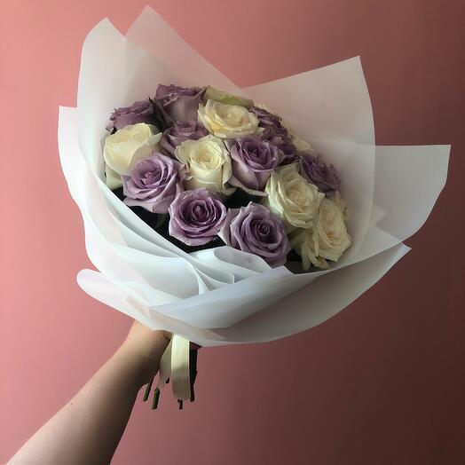 Монобукет из роз белого и лавандового оттенка