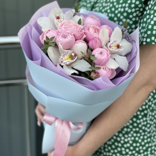 Букет Лея с кустовыми пионовидными розами и цимбидиума