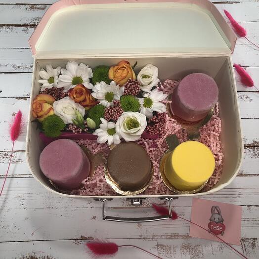 Коробка с цветами и муссовыми пирожными