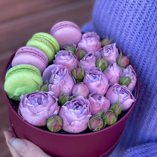 Коробочка с пионовидными розами и макаронсами