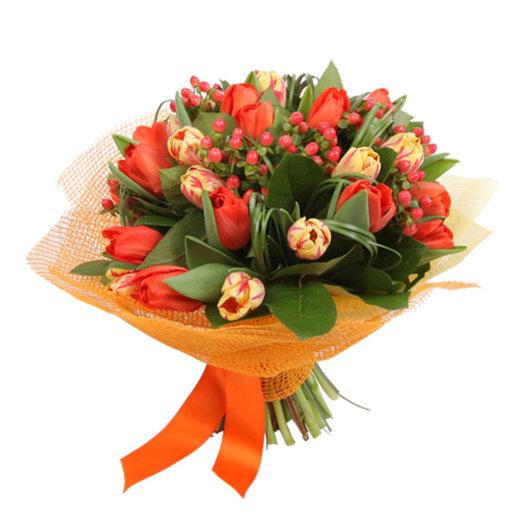 Букет Женский день из тюльпанов ягод гиперикума и зелени Код 150006: букеты цветов на заказ Flowwow